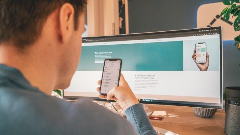 man doing a German online bank transaction