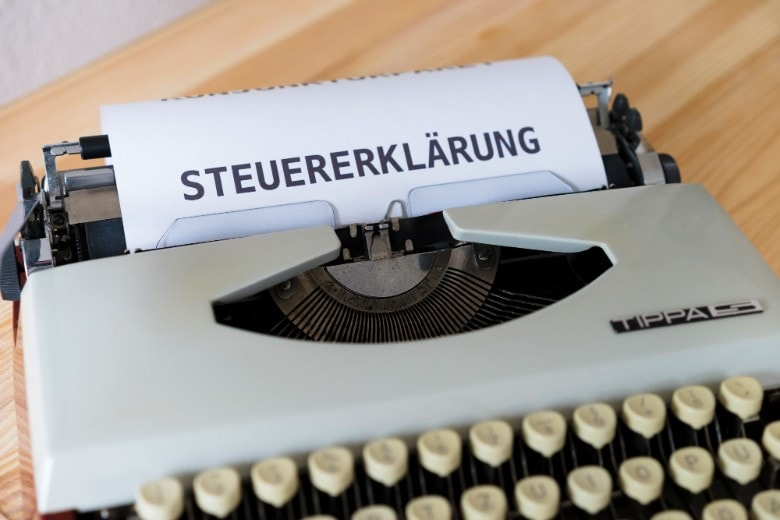 typing machine with the words tax declaration in German